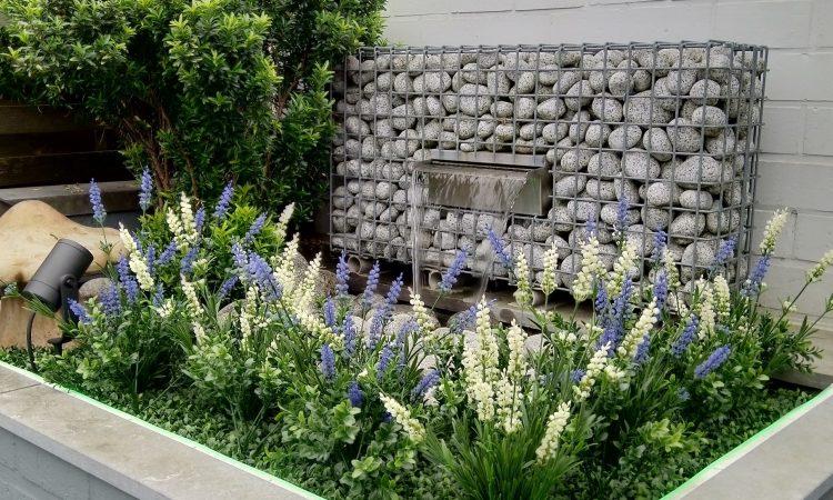 Een tuin vol kunstplanten